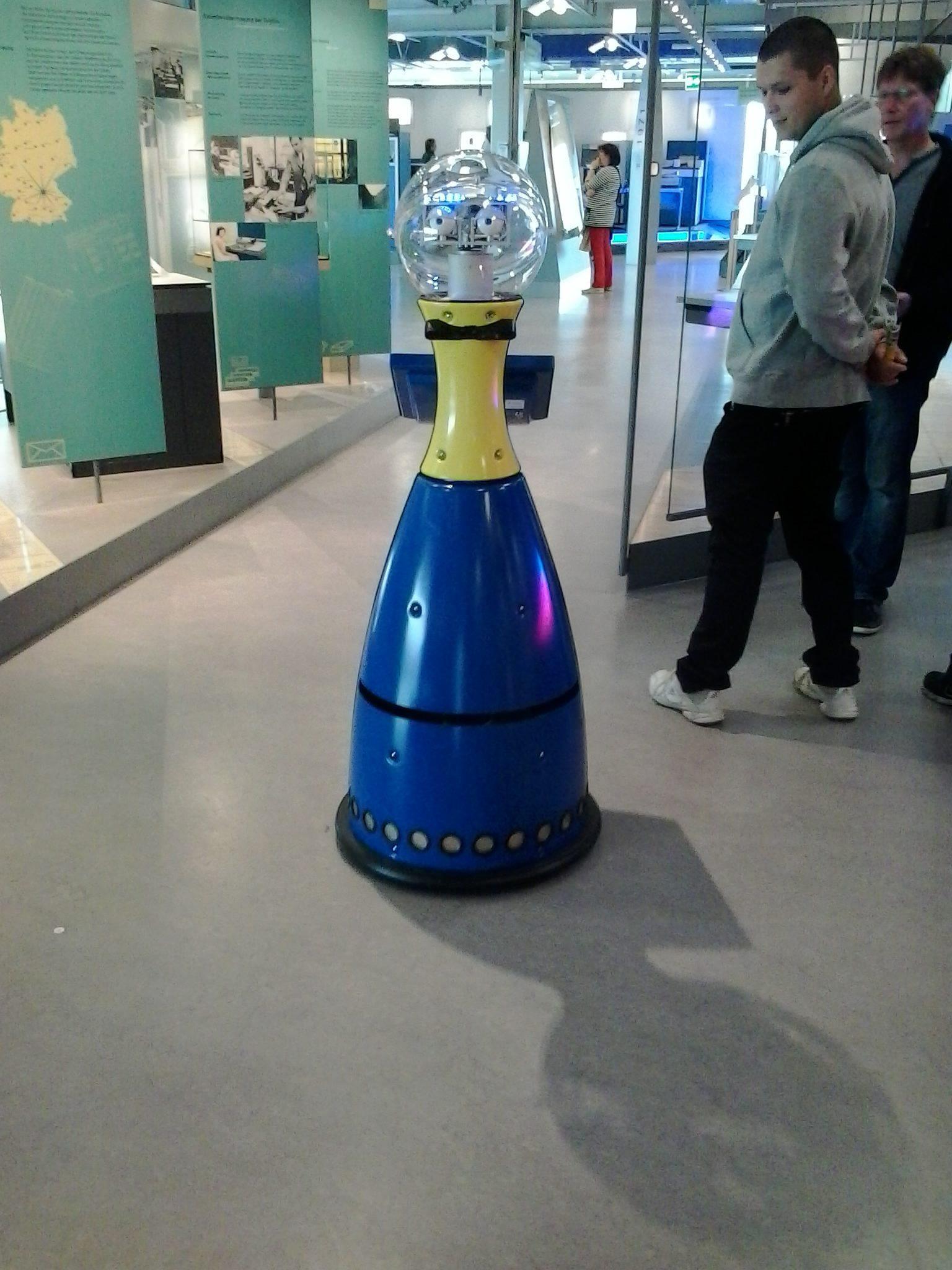 """Guide-Robot """"Petra"""" au Musée Nixdorf Paderborn en Allemagne (2014) est un exemple d'une application embarquée"""